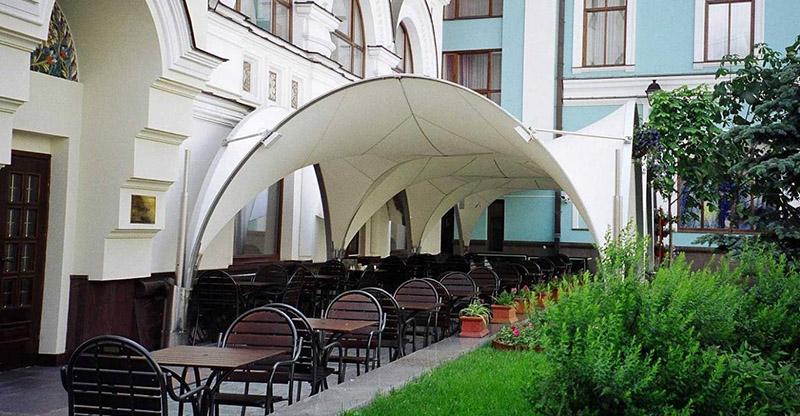 Мембранная конструкция летней площадки кафе Tenter