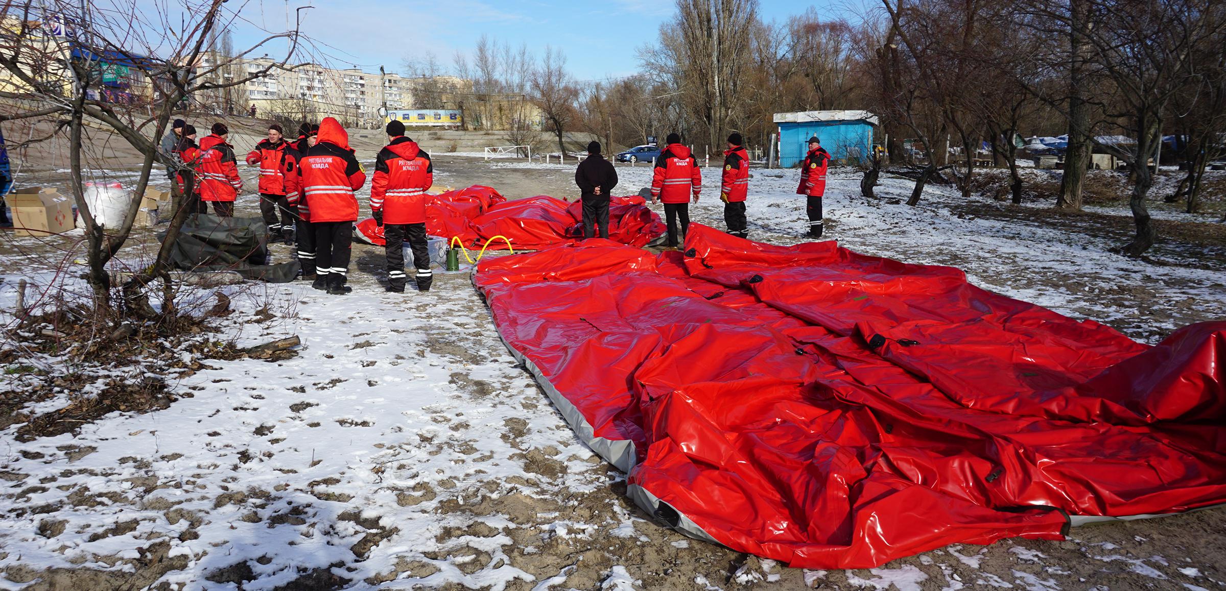 Процесс разворачивания надувной палатки для спасателей КМДА